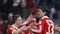 Fotbalisté Bayernu Mnichov gratulují k brance svému spoluhráči Francku Ribérymu (vlevo).