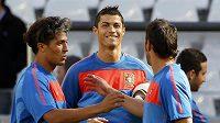 Cristiano Ronaldo na tréninku se spoluhráči Almeidou (vlevo) a Betem