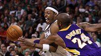 Kobe Bryant z LA Lakers (vpravo) se snaží zastavit průnik Paula Pierce z Bostonu.
