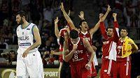 Basketbalisté Turecka se radují v zápase s Řeckem
