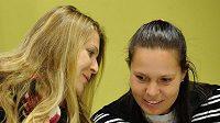 Tenistky Lucie Šafářová (vlevo) a Lucie Hradecká na pondělní tiskové konferenci před odletem na finále Fed Cupu.