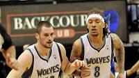 Basketbalisté Minnesoty Kevin Love (vlevo) a Michael Beasley.