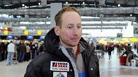 Lyžař Lukáš Bauer na ruzyňském letišti před odletem na závěrečnou přípravu před začítkem olympijské sezóny.