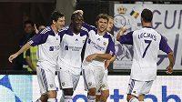 Romelu Lukaku z Anderlechtu Brusel (uprostřed) slaví trefu v utkání předkola Ligy mistrů proti The New Saints. S gratulací spěchá i Jan Lecjaks.