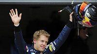 Sebastian Vettel se raduje po vítězství v kvalifikaci na závod v Silverstone
