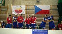 Střídačka českých juniorských florbalistek při únorovém Polish Cupu.