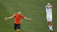Arjen Robben z Nizozemska slaví úvodní branku zápasu se Slovenskem