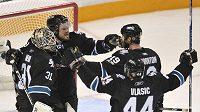 Hokejisté San Jose (zleva) Antti Niemi, Douglas Murray, Joe Thornton a Marc-Edouard Vlasic oslavují vítězství nad Detroitem a postup do finále Západní konference.