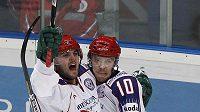 Ruští hokejisté Sergej Mozjakin (vpravo) a Alexandr Radulov se radují z branky.