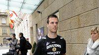 Hokejista Boston Bruins David Krejčí po příletu do Prahy.