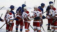 Hokejisté Sparty a New York Rangers si podávají ruce po konci zápasu.
