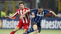 Mario Gomez z Bayernu Mnichov (vlevo) bojuje o míč s Luciem z Interu