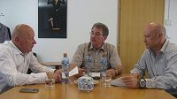 Zleva údajný majitel Slavie Antonín Franc, Miroslav Platil, a předseda ČMFS Ivan Hašek