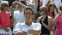 Tenista Tomáš Berdych se směje krátce po vítězství nad Rogerem Federerem ve čtvrtfinále Wimbledonu.