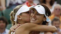 Martina Hingisová v objetí s Kurnikovovou během Wimbledonu 2010