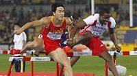 Čínský překážkář Liou Sanga a Kubánec Dayron Robles během finálového běhu na mistrovství světa v Tegu.