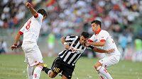 Fabio Quagliarella z Juventusu narazil na Marco Rossiho (vpravo) a Massimo Donatiho z Bari.