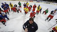 Alois Hadamczik s hráči na tréninku české hokejové reprezentace