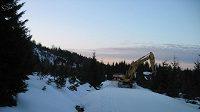 Bagry odváží sníh z chráněné lokality na Jizerce a z Jizerské magistrály.