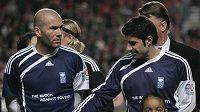Fotbalista Zinedine Zidane (vlevo) a Luis Figo při exibičním utkání na pomoc zemětřesením postiženém Haiti