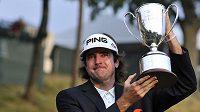 Americký golfista Bubba Watson se raduje z vítězství.