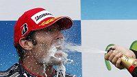 Pilot stáje Red Bull Mark Webber v gejzíru šampaňského po triumfu ve Velké ceně Španělska.