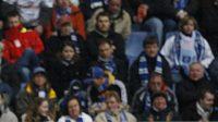 Paolo Guerrero z Hamburku (vpravo) jde k rozhodčímu.