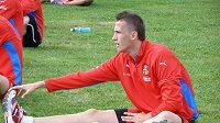 Tomáš Pekhart se protahuje po prvním lehkém tréninku české jednadvacítky v dánském Viborgu.