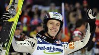 Roman Koudelka oslavuje třetí místo v závodu SP v letech na lyžích v Harrachově.