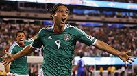 Mexičan Aldo De Nigris se raduje ze své branky proti Guatemale.