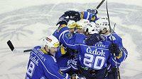 Hokejisté Plzně oslavují jednu ze vstřelených branek na ledě Liberce.