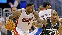 Basketbalista Miami LeBron James (vlevo) měl největší podíl na porážce Orlanda.