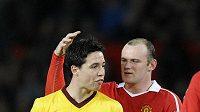 Wayne Rooney (vpravo) možná bude mít také tolik vlasů jako Samir Nasri z Arsenalu.