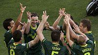 Fotbalisté Slovinska se radují z branky do sítě Alžírska.