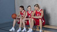 Basketbalistky zleva Kateřina Elhotová, Kateřina Bartoňová a Petra Kulichová při focení nových dresů pro evropský šampionát