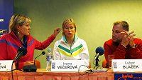 České basketbalistky Hana Horáková (vlevo) a Ivana Večeřová s trenérem Luborem Blažkem