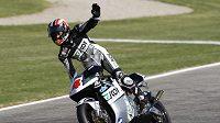 Japonský pilot Hiroši Aojama se raduje z vítězství v GP Valencie.