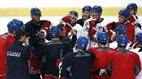 Hokejisté New York Rangers na tréninku. Po něm následovalo poznávání Prahy.