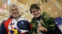 Rychlobruslařka Martina Sáblíková s trenérem Petrem Novákem a zlatou medailí z mistrovství světa v závodě na 5 km