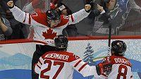 Sidney Crosby se raduje po vstřelení gólu, který rozhodl o vítězství Kanady na olympiádě.