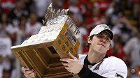 Hokejista Pittsburghu Jevgenij Malkin s trofejí pro nejlepšího hráče play-off