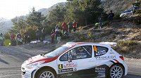 Francouz Bryan Bouffier s peugeotem během Rallye Monte Carlo.