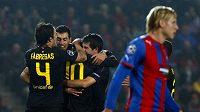 Fotbalisté Barcelony oslavují proměněnou penaltu Lionela Messiho v duelu s Plzní. Vpředu zklamaný František Rajtoral.