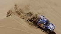 Carlos Sainz překonává jednu z dun na trati osmé etapy Rallye Dakar.