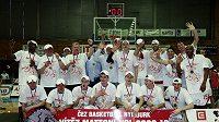 Basketbalisté Nymburka oslavují zisk sedmého mistrovského titulu v řadě.