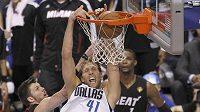 Dirk Nowitzki z Dallasu (v bílém) byl s 29 body ústřední postavou pátého finále NBA s Miami.