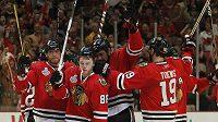 Hokejisté Chicaga se radují z vítězství