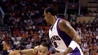 Basketbalista Portlandu Jerryd Bayless (vlevo) uniká hráči Phoenixu Channingu Fryeovi.
