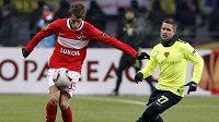 Dmitrij Kombarov ze Spartaku Moskva zpracovává míč před Markusem Steinhoferem z FC Basilej.