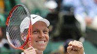 Tomáš Berdych slaví po vítězství nad Novakem Djokovičem postup do finále Wimbledonu.